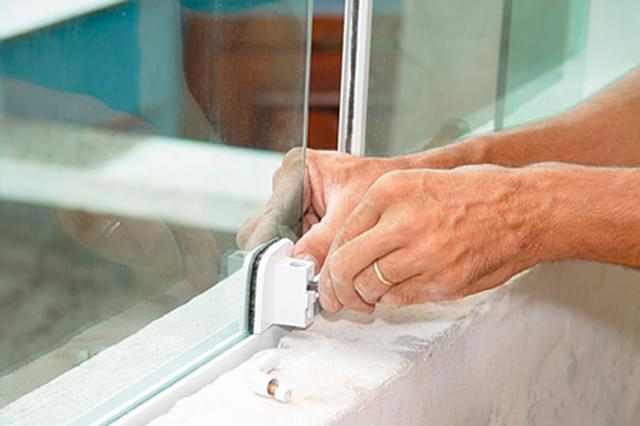 Aprenda como colocar vidro na janela com massa